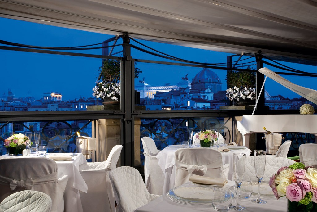 Restaurant Minerva sur la terrasse panoramique, vue sur la Piazza Venezia (Rome)